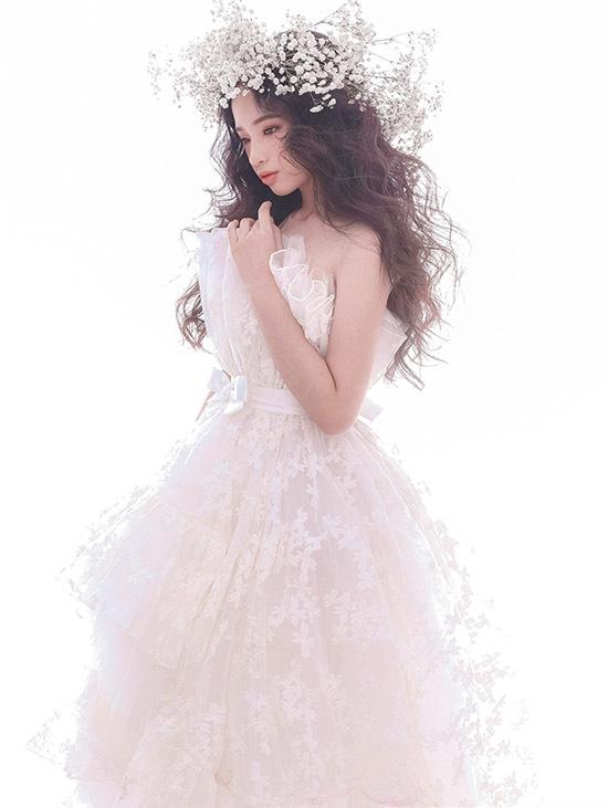Đam mê thời trang Bảo Hà liên tục góp mặt trong nhiều show diễn lớn và trở thành nàng thơ nhí của các nhà thiết kế. Cô bé vừa giới thiệu các mẫu trang phục gam trắng của Nguyễn Minh Công trong bộ ảnh mới.