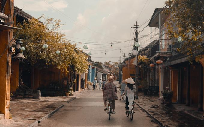 Vợ chồng nữ người mẫu cùng nhau đạp xe ngắm cảnh phố cổ Hội An thanh bình, thơ mộng.