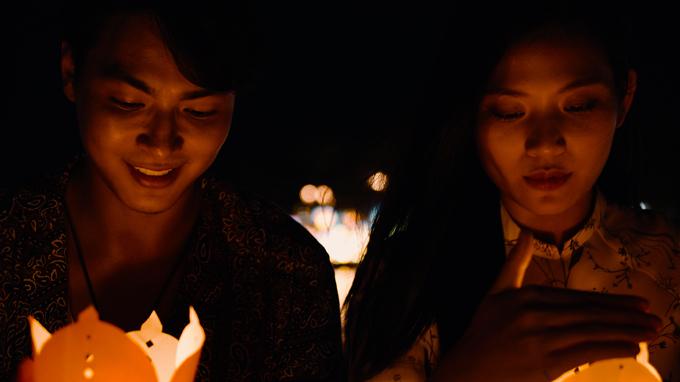 Buổi tối cả hai đi thả đèn hoa đăng, ước nguyện những điều tốt đẹp sẽ đến với tổ ấm nhỏ của họ trong năm mới 2021.