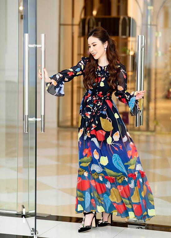 Nổi tiếng trong giới sành đồ hiệu đã nhiều năm, Hoàng Dung có thói quen chỉ mặc mỗi trang phục 1-2 lần, hiếm khi nhiều hơn. Cũng vì thói quen này mà bộ sưu tập hàng cao cấp của người đẹp ngày càng lớn hơn khi cô liên tục mua sắm.