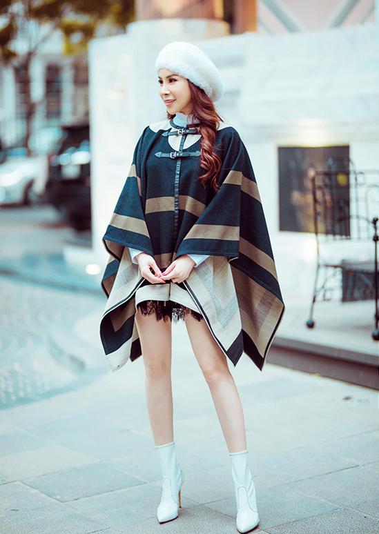 Không chỉ đăng hình, Hoàng Dung còn chia sẻ nhiều câu chuyện về trang phục, thương hiệu mà cô chọn. Những thông tin này khiến không ít khán giả ngưỡng mộ về sự hiểu biết sâu rộng của cô về thế giới hàng hiệu.