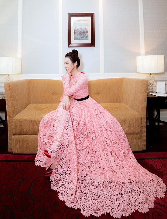Sau khi đăng quang Hoa hậu Áo dài tại Australia vào năm 2017, Hoàng Dung ít hoạt động nghệ thuật, xuất hiện chọn lọc trong các sự kiện showbiz để dồn sức cho kinh doanh. Cô quan niệm phụ nữ đẹp càng trở nên hấp dẫn khi tự chủ về kinh tế nên tập trung nhiều sức lực cho kinh doanh.