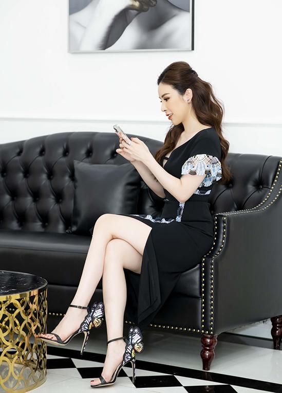 Đầm Peter Pilotto xẻ vạt thanh lịch mà không kém phần quyến rũ được Hoàng Dung phối kèm sandal hình cánh bướm độc đáo của Sophia Webster.