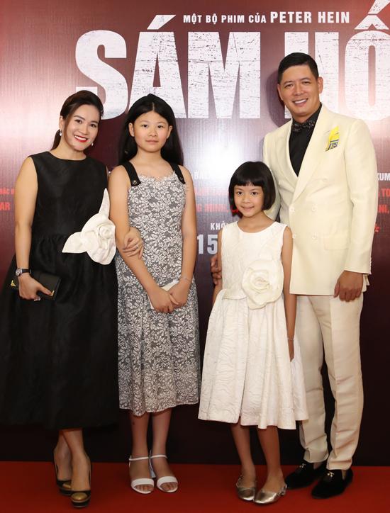 Bình Minh gây ấn tượng với vai võ sĩ quyền anh trong phim điện ảnh Sám hối. Bà xã Anh Thơ và hai con gái có mặt bên anh trong ngày ra mắt phim.