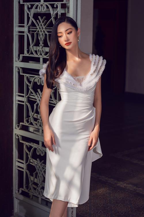 Trên nền váy lụa trắng bằng váy ôm khít eo, nhà mốt Việt phối thêm phải voan và ren tiệp sắc màu.