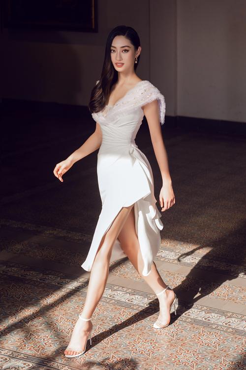 Đầm lụa trắng vừa khoe chân thon vừa mang lại vẻ đẹp thanh nhã cho người mặc bởi kỹ thuật draping khéo léo.