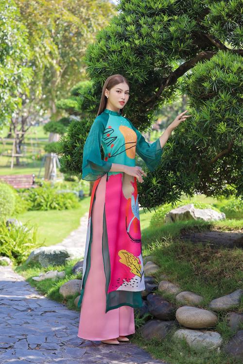 Áo dài xuân dành cho phái đẹp gây sức hút bởi họa tiết popart lấy cảm hứng từ vẻ đẹp của hoa cỏ.