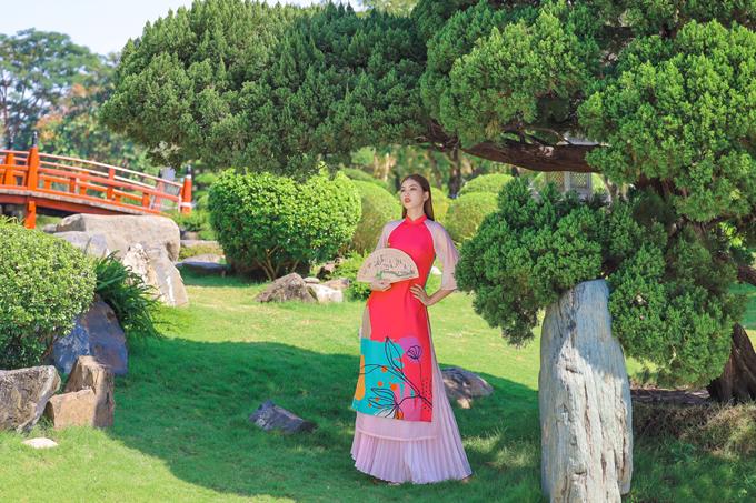 Vẻ đẹp truyền thống và hiện đại được hòa trộn bởi cách phối hợp áo dài cách tân đi cùng chân váy maix thiết kế trên chất liệu vải dập ly thịnh hành.