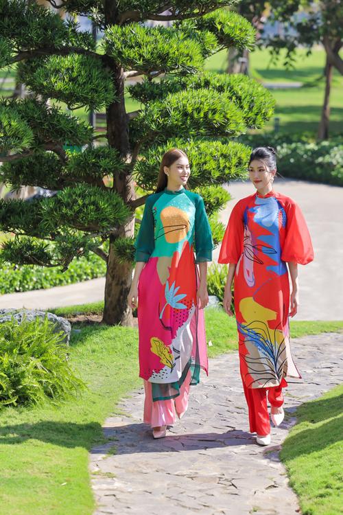 Trang phục dành cho ngày Tết được làm mới với phần tay áo lỡ, cổ thấp phù hợp với không khí nắng ấm phương Nam.