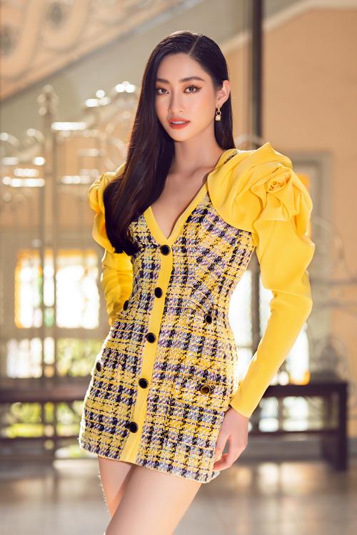 Song song với cách kết hợp tông màu hot trend, nhà mốt còn tô điểm cho váy đi tiệc bằng phần cầu vai tạo khối đóa hoa hồng vàng to bản.