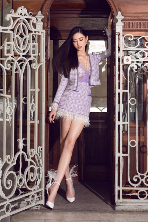 Mặc bộ suit thiết kế bằng vải dệt thô là xu hướng được ưa chuộng từ mùa mốt 2020. Bước sang mùa thời trang mới phong cách này được tạo điểm nhấn bằng cách kết hợp lông vũ mềm mại.