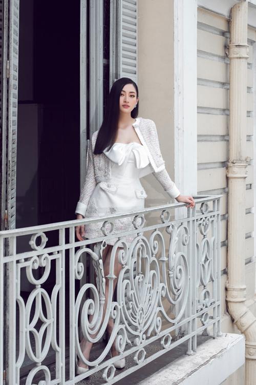 Bộ ảnh được thực hiện với sự hỗ trợ của nhiếp ảnh Linh Phạm, stylist Phạm Bảo Luận, trang điểm Nguyễn Minh Quân, làm tóc Lê Ngọc Sơn.