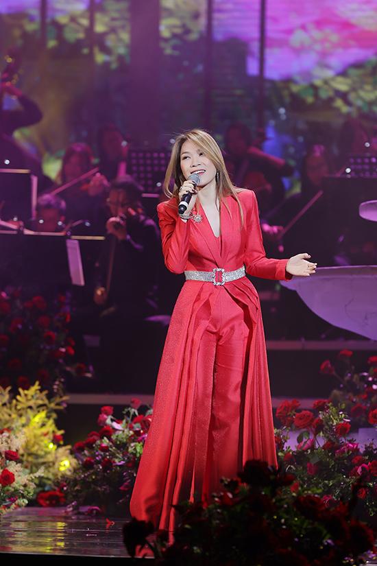 Mỹ Tâm ban đầu xuất hiện với chiếc áo khoác dáng dài xếp nếp cầu kỳ khi là vedette của đêm nhạc. Cây đỏ giúp cô trở nên nổi bật giữa sân khấu được trang trí bằng hàng nghìn đóa hồng với chủ đề Vườn thịnh vượng.