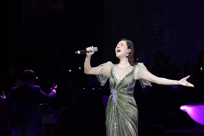 Cái lạnh khiến Thu Phương run rẩy và phải khoác áo dày ở hậu trường nhưng khi lên sân khấu, cô vẫn diễn hết mình với bộ váy mỏng manh.