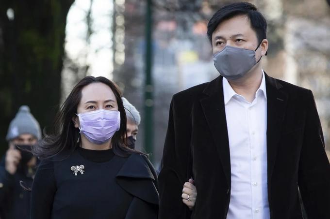 Bà Meng Wanzhou cùng chồng Liu Xiaozong đi dạo tại Vancouver hồi tháng 9/2020. Ảnh: AP.