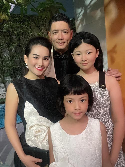 Anh Thơ đưa hai con gái đến ủng hộ ông xã Bình Minh ra mắt phim mới.