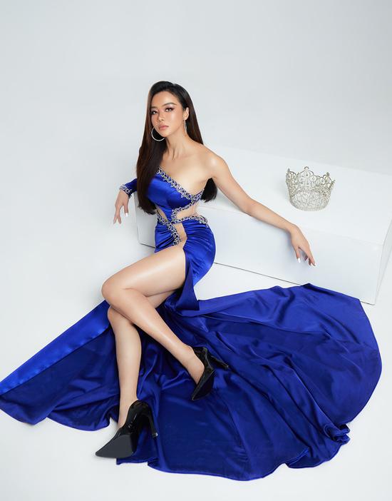 Diện bộ váy gam xanh nước biển lệch vai, xẻ cao Kiều Ngân khoe được đôi chân dài, bờ vai thon quyến rũ.