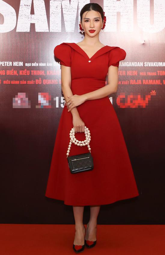 Diễn viên Kim Tuyến rực rỡ với trang phục, phụ kiện ton-sur-ton đỏ.