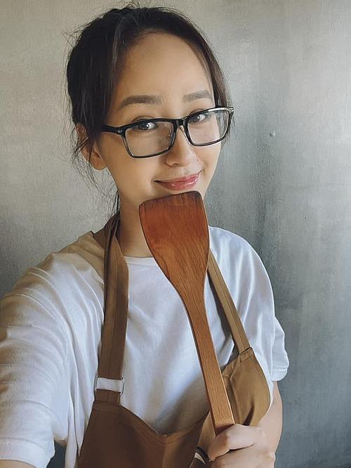 Hoa hậu Mai Phương Thúy tranh thủ pose hình khi làm đầu bếp.