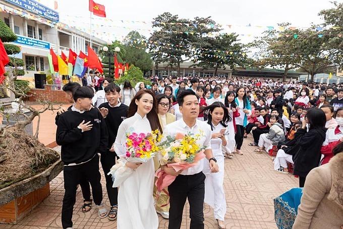 Vợ chồng Nhã Phương về dự lễ cùng thầy cô, học sinh của trường THPT Lê Hồng Phong thuộc xã Ea Phê, huyện Krông Pắk, tỉnh Đắk Lắk. Đây là ngôi trường nữ diễn viên từng học tập trong suốt 3 năm trước khi bước chân vào showbiz. Cô hãnh diện khi là một phần nhỏ bé của một ngôi trường đầy niềm tự hào này.