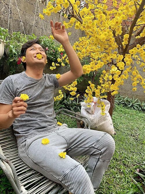 Diễn viên Quý Bình cho biết tức bối cảnh nên sinh tình hình này luôn, ca sĩ Võ Hạ Trâm liền trêu: Anh ổn chứ?.