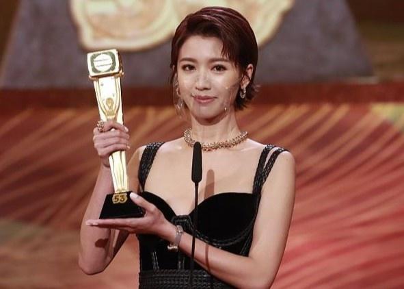 Thái Tư Bối nhận giải của TVB hôm đầu tuần.