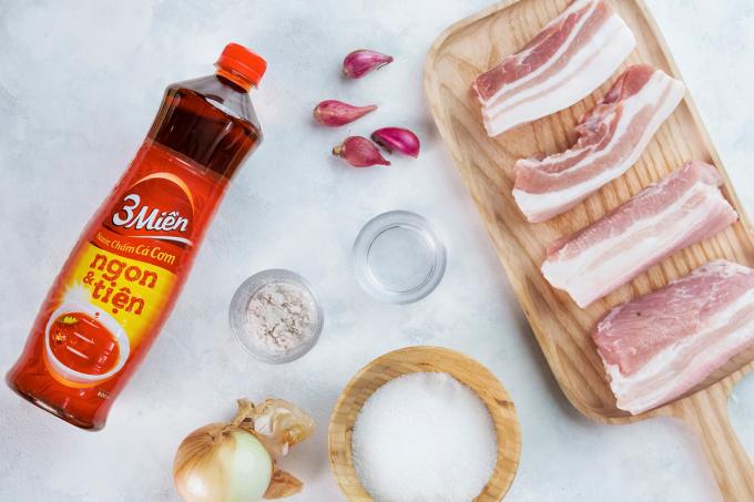 Nguyên liệu làm món rất đơn giản và hầu như đều có trong bếp của mọi nhà như thịt heo, nước mắm, hành tây, hành tím...