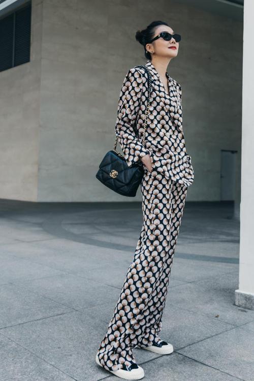 Diện bộ suit mang hơi hướng phong cách menswear, Thanh Hằng chọn thêm túi Chanel để mang tới nét hài hòa cho tổng thể. Bộ cánh đơn giản, vừa tôn dáng vừa giúp siêu mẫu có được set đồ hợp không khí se lạnh cuối năm.