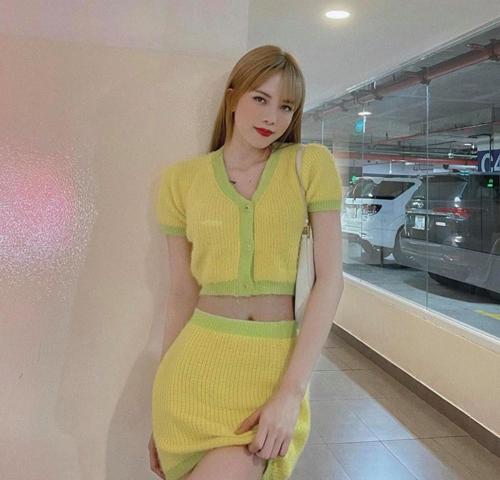 Là một cô nàng mê các mẫu váy liền thân, ôm body nhưng Thiều Bảo Trâm cũng không bỏ lỡ cơ hội bắt nhịp cùng trend diện trang phục vải dệt kim và mix màu đồng điệu cho áo lửng, chân váy sexy.