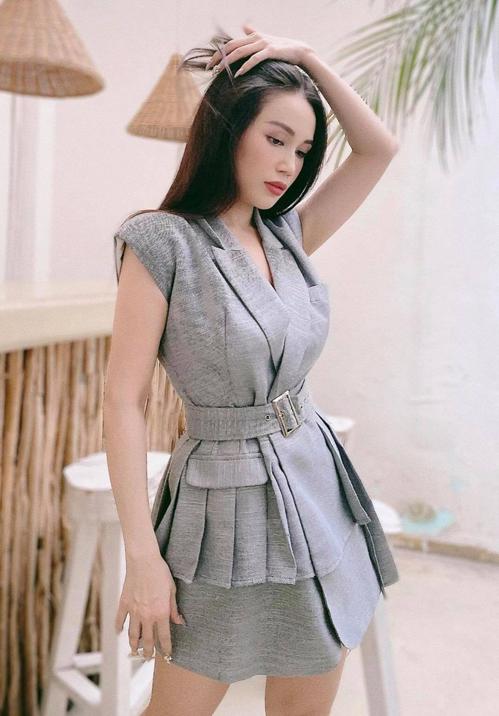 Sau một thời gian lăng xê các kiểu áo crop-top cùng váy tôn vòng 3, Sĩ Thanh chọn bộ suit màu trung tính để tôn nét trang nhã, trẻ trung.