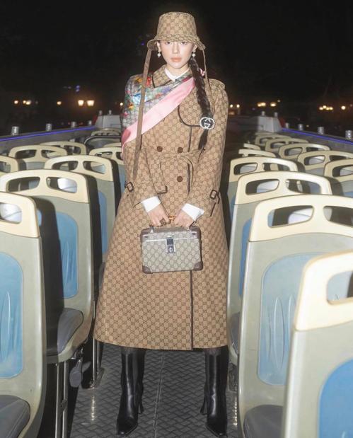 Với hai set đồ monogram, Khánh Linh kết hợp nhịp nhàng tông màu và họa tiết cho trang phục và phụ kiện để gây ấn tượng khi chụp ảnh trên phố cổ Hà Nội.