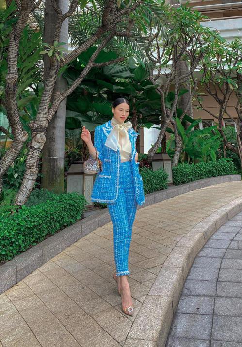Trở lại đường đua street style cùng dàn sao Việt, hoa hậu Phương Khánh mix trang phục nổi bật với bộ suit tông xanh dương.
