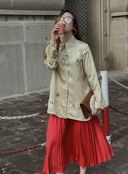Yến Nhi cá tính những vẫn giúp mình có được nét dịu dàng nữ tính với cách phối sơ mi họa tiết cùng chân váy xếp ly.