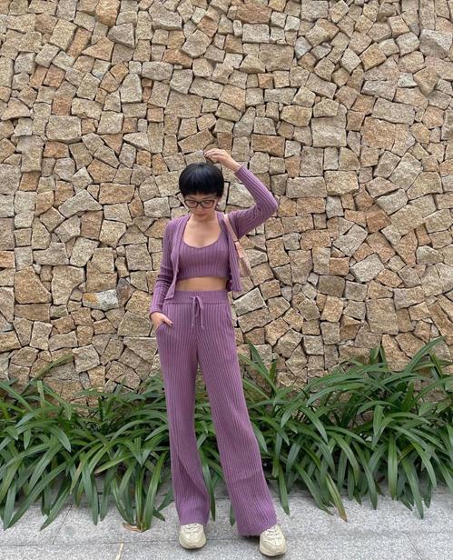 Xuống phố vào những ngày dịu mát cuối năm, Tóc Tiên sử dụng nguyên bộ trang phục vải dệt kim trên tông tím nhẹ nhàng