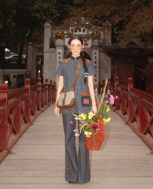 Trong chuyến tham gia sự kiện thời trang của thương hiệu nổi tiếng tại Hà Nội, Khánh Linh tranh thủ trổ tài mix đồ và tôn vẻ đẹp của những danh thắng nổi tiếng.