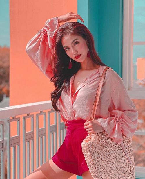 Bên cạnh lối phối màu đồng điệu cho váy - áo, Lan Khuê và dàn sao Việt cũng cập nhật nhiều trend về sắc màu cho street style mùa xuân.
