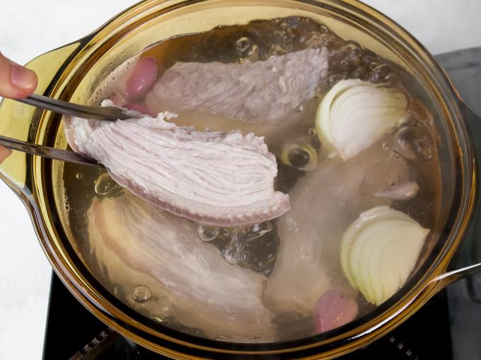 Thịt luộc cần chọn thịt ít mỡ ở phần thịt hông, vai hoặc bụng.