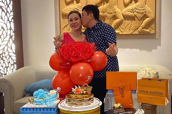 Diễn viên Đất phương Nam âu yếm hôn má vợ. Kinh Quốc thừa nhận từ khi tái hôn với Thu Trà, cuộc sống của anh có nhiều thay đổi theo hướng tốt đẹp, hạnh phúc hơn.