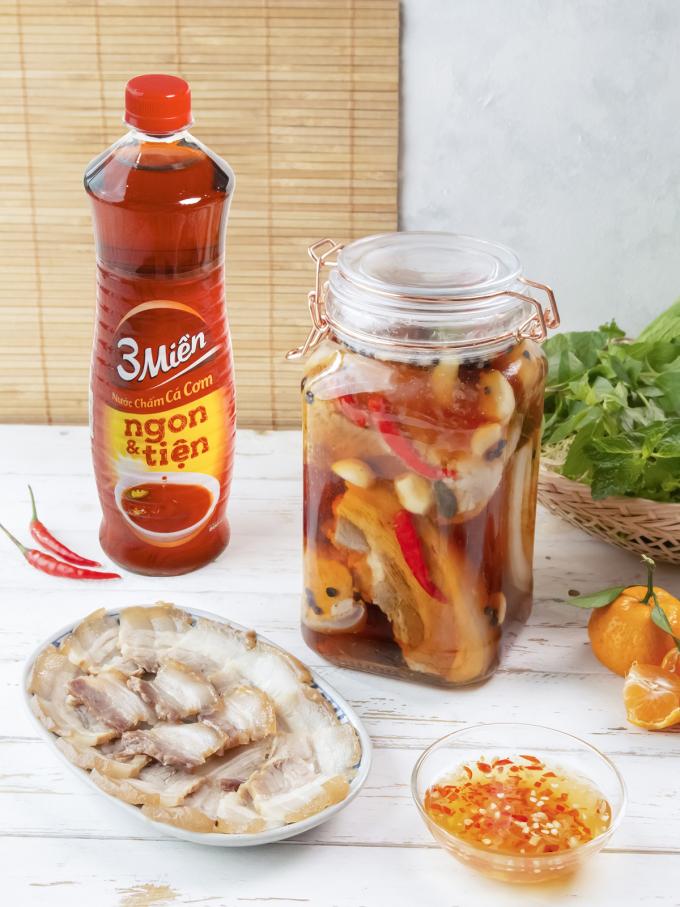 Thịt cắt lát mỏng bày ra dĩa, ăn kèm rau sống và nước chấm cá cơm 3 Miền pha ớt tỏi.