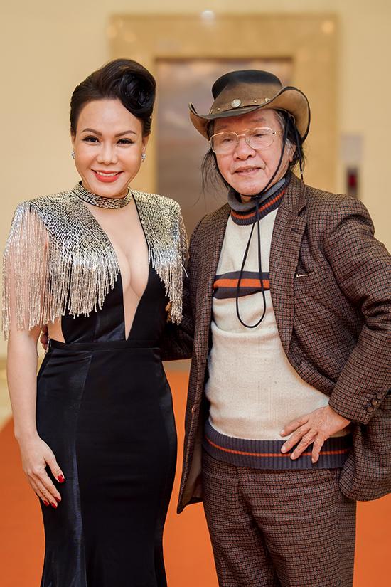 Ông rất tự hào về cô con dâu tài năng. Trước khi buổi chiếu diễn ra, Việt Hương rất quan tâm và liên tục hỏi thăm bố. Khi xem phim, cô cũng chọn chỗ ngồi gần để tiện trò chuyện, trao đổi.