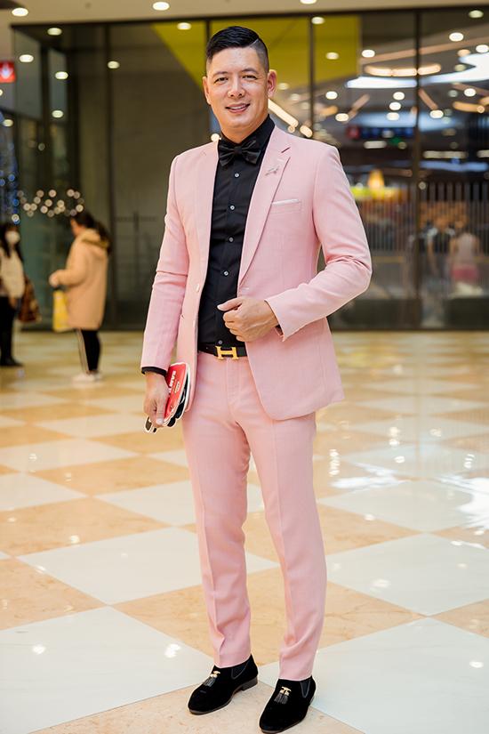 Diễn viên Bình Minh khoe vẻ bảnh bao với bộ suit hồng khi dự ra mắt bộ phim do mình đóng chính.