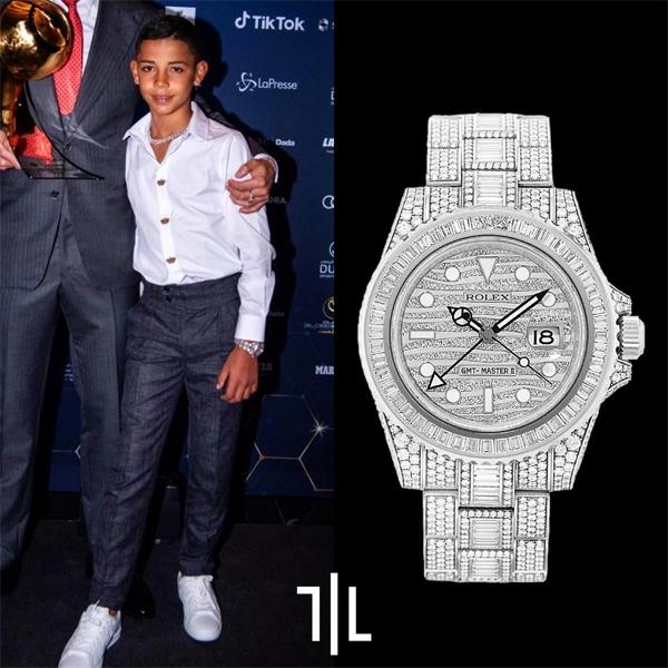 Cậu cả Cristiano Jr đi cùng bố và mẹ kế cũng gây chú ý với vòng cổ gắn kim cương cùng chiếc đồng hồ hiệu Rolex phiên bản hiếm GMT-Master II 116769TBR