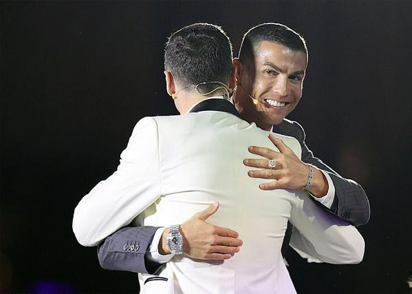Tại lễ trao giải Bóng đá toàn cầu (Globe Soccer Awards) ở Dubai tháng trước, siêu sao Juventus đeo nhẫn và vòng tay gắn các viên kim cương ở tay trái. Bên tay phải, chân sút 35 tuổi đeo chiếc đồng hồ Rolex GMT Master Ice trị giá 380.000 bảng. Chiếc đồng hồ đắt nhất của Rolex làm từ vàng trắng 18 carat và gắn hàng trăm viên kim cương 30 carat