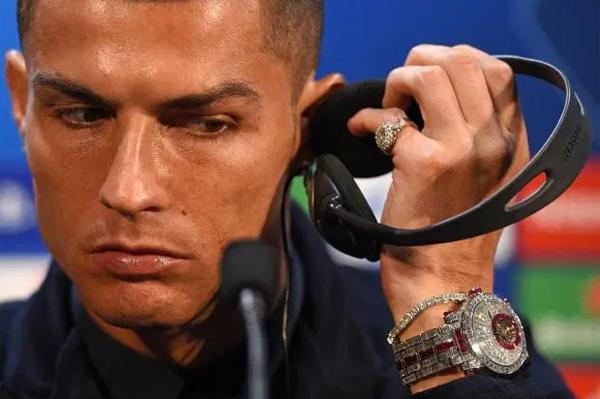 Tháng 10/ 2018, tại buổi họp báo ở chốn cũ Manchester trước trận đấu vòng bảng Champions League, tiền đạo người Bồ Đào Nha nổi bật với chiếc đồng hồ đồng hồ đính kim cương của thương hiệu Jacob & Co Caviar Tourbillon trị giá khoảng 1,2 triệu bảng. Phiên bản đồng hồ cao cấp này được đính 424 viên kim cương trắng. C. Ronaldo là đại sứ của Jacob and Co từ năm 2013 và thường đeo phiên bản đồng hồ H24 giá 100.000 bảng