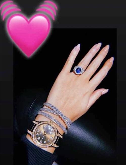 Tháng 2 năm ngoái, người tình của CR7 đăng ảnh bàn tay với bộ trang sức trị giá hơn 720.000 bảng. Ngoài chiếc nhẫn đính hôn 615.000 bảng, người đep đeo đồng hồ hiệu Patek Philippe 33.000 bảng và ba vòng tay đính kim cương có giá 25.000 bảng mỗi chiếc.