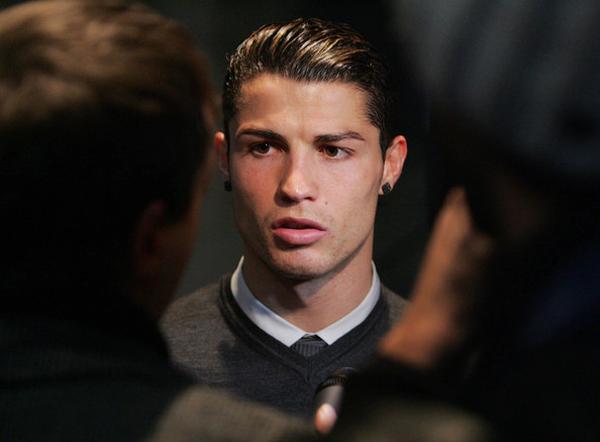 C. Ronaldo cũng có một bộ sưu tập hoa tai. Năm 2013, chân sút Bồ Đào Nha đeo đôi hoa tai kim cương đen