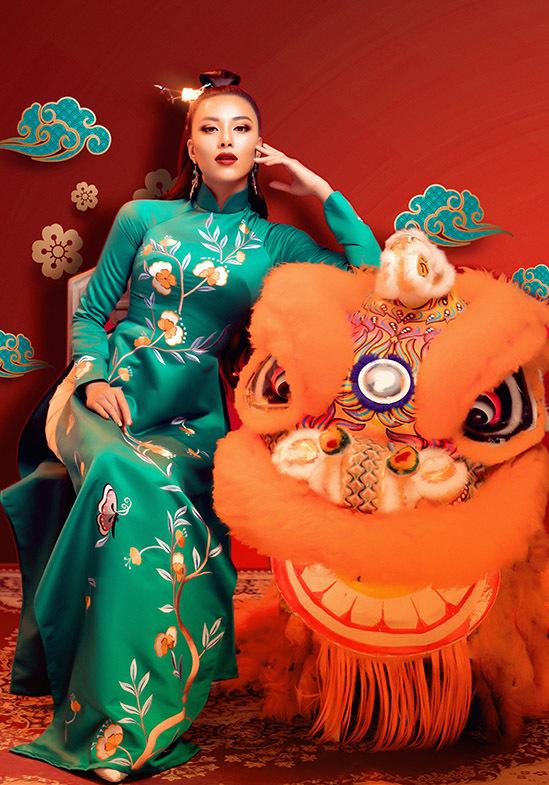 Nhờ kỹ thuật thêu tinh tế trên nền chất liệu tafta, hình ảnh những đóa hoa, cánh bướm tượng trưng cho mùa xuân trở nên sống động trên tà áo dài. Nhà thiết kế chia sẻ, anh muốn tôn vinh nghề thêu truyền thống của các nghệ nhân Việt lành nghề.
