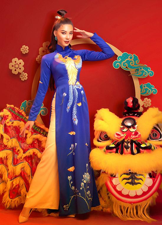 Hình ảnh phượng hoàng thường được thêu trên các loại vải dày để chiếc áo dài giữ được phom dáng đẹp, đứng nếp, thể hiện rõ sự cầu kỳ của hoạ tiết và tôn vẻ sang trọng cho người mặc.