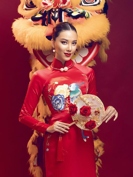 Nhà thiết kế Đức Vincie cho biết anh thích tính cách gần gũi, chân thành của Kim Duyên nên đã mời cô làm nàng thơ thể hiện sưu tập áo dài Tết. Gam màu đỏ tượng trưng cho sự may mắn luôn được nhiều người ưa chuộng khi chọn may áo dài dịp đầu năm.