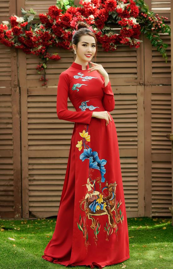 Phan Thị Mơ duyên dáng với trang phục truyền thống in họa tiết tranh dân gian. Dịp cuối năm âm lịch cô đắt show làm mẫu chụp ảnh áo dài.